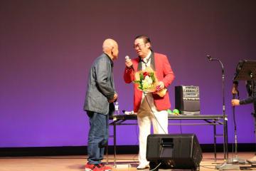サプライズで観客から花束を贈られた富士原さん(右)