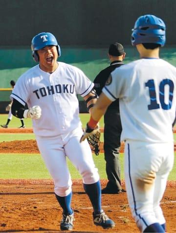 仙台大2回戦で7回に3ランを放った桜井優(左)=5日、仙台市青葉区の東北福祉大球場