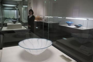 ガラス工芸などの作品を並べ、岡山の歴史と文化を伝える常設展