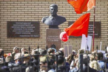 9日、ロシア・ノボシビルスクに設置されたソ連時代の独裁者スターリンの胸像(地元インターネットメディア「シブネット」提供・共同)