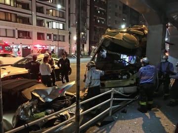 事故で大破した神奈川中央交通の路線バス(右)と追突された乗用車(左手前)=2018年10月28日午後10時35分ごろ、横浜市西区桜木町4丁目