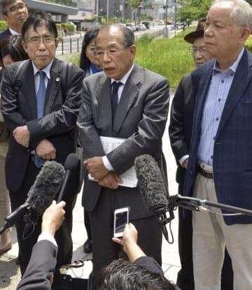 大阪地検特捜部検事と面会後、報道陣の取材に応じる醍醐聡東大名誉教授(中央)=10日、大阪市