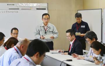 震度5弱の地震を受け、宮崎県都城市役所で開かれた災害警戒本部の会議=10日午後