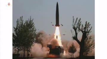 北朝鮮は「『複数の長距離打撃手段』の訓練」だと主張している。発射台からロケットのようなものが炎を上げながら打ち上げられる(写真は朝鮮中央テレビから)