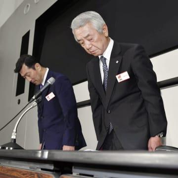 辞任を発表し、記者会見で陳謝するレオパレス21の深山英世社長。左は宮尾文也取締役常務執行役員=10日午後、東京都中央区