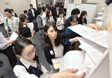 上場企業の2019年3月期決算発表がピークを迎え、報道機関向けに資料を投函(とうかん)する担当者=10日午後、東京・日本橋兜町の東京証券取引所