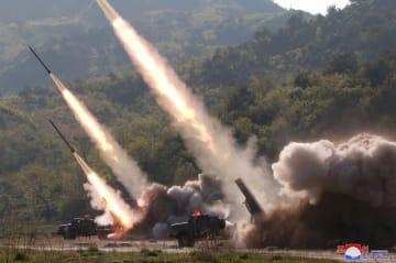 9日、北朝鮮の「前線・西部戦線防御部隊」が発射する放射砲(朝鮮中央通信=共同)