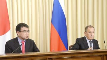 10日、モスクワで会談後に共同記者発表する河野外相(左)とロシアのラブロフ外相(共同)