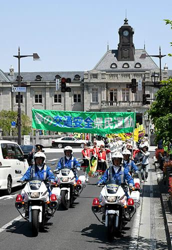 白バイが先導し交通安全を呼び掛けるパレードを展開した=山形市・文翔館前