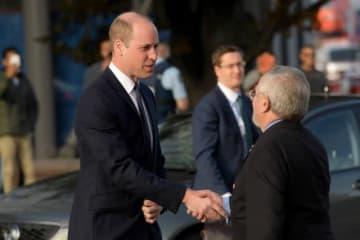 英国のウィリアム王子(左)は2日間のニュージーランド訪問中、クライストチャーチで3月に発生したモスク2カ所での銃乱射事件で負傷した人々を見舞った。写真はクライストチャーチ病院に到着した王子、26日撮影 - (2019年 ロイター/Tracey Nearmy)