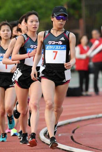 女子1万メートル決勝 優勝したワコールの安藤(7)と3位の一山(右から2人目)=ヤンマーフィールド長居