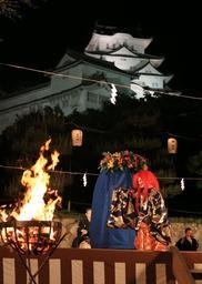 世界文化遺産・国宝姫路城を背景に演じられた薪能=10日夜、姫路城三の丸広場(撮影・小林良多)