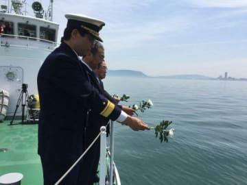 紫雲丸事故の現場海域で白菊をささげる参列者
