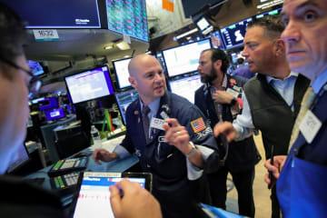 ニューヨーク証券取引所のトレーダー=10日(ロイター=共同)