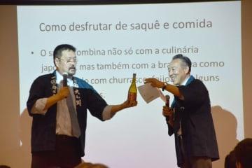 日本酒について説明する佐藤社長と通訳を務めた唎酒師の飯田さん
