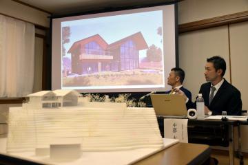 「ときわ邸M-GARDEN」のイメージを会見で示す中郡大輔氏(右)ら=水戸市常磐町