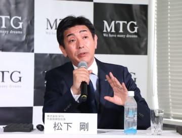 五島産ツバキの新商品について語る松下社長=東京都内