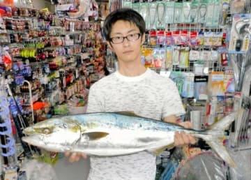 岡田拓也さん(福井市)が三国突堤で釣ったブリ