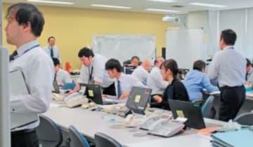 県庁に設置された災害対策連絡室。情報収集に追われる県職員ら=10日午前9時16分