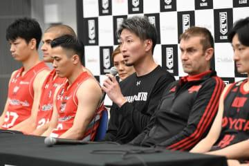 CS決勝の前日会見で意気込みを述べる千葉・大野ヘッドコーチ(中央)=10日、横浜市の横浜アリーナ