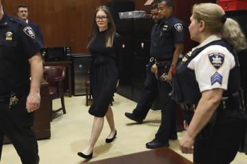 裁判所に着いたアナ・ゾロキン被告=9日、米ニューヨーク(AP=共同)