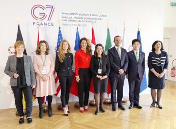 G7男女平等担当相会合で記念写真に納まる中根一幸内閣府副大臣(右から2人目)ら=10日、パリ(フランス政府提供・共同)