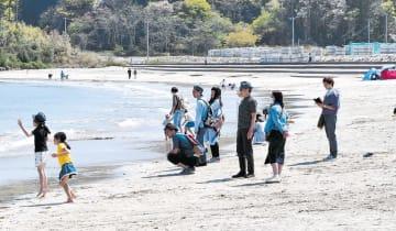 小田の浜海水浴場に集まった観光客=5日、気仙沼市大島