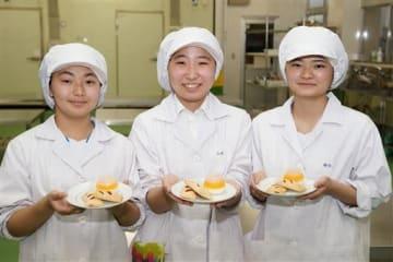 イチゴジャムパイとデコポンソースのパンナコッタを開発した八代農高生。(左から)寺田瑠音さん、山本鈴菜さん、福田恭子さん=八代市