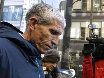 3月12日、米ボストンの裁判所を出るウィリアム・シンガー被告(AP=共同)
