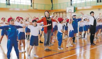 キュリオスの出演者とダンスを踊る児童たち
