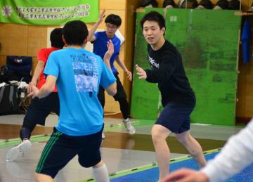 淡路監督(右)と共に脚力強化の練習に取り組む選手ら=仙台市太白区の仙台城南高