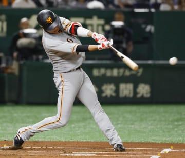 1回巨人1死、坂本勇が中前打を放ち、35試合連続出塁のセ・リーグ記録に並んだ=東京ドーム