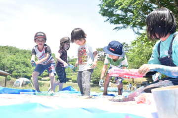 プレーパークを訪れ、思い思いに遊ぶ子どもたち
