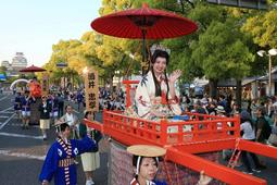 姫路城を背景に練り歩いた華やかな時代パレード=11日午後、姫路市本町(撮影・小林良多)