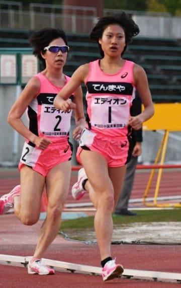 女子5000メートルで優勝した三宅紗蘭(右)と2位の松下菜摘=みよし運動公園陸上競技場