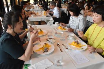 県産マンゴーを使ったスイーツを味わう参加者=11日午後、宮崎市のシェラトン・グランデ・オーシャンリゾート