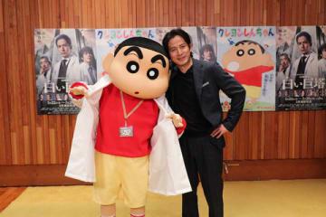「クレヨンしんちゃん」のしんのすけ(左)と「V6」の岡田准一さん(C)臼井儀人/双葉社・シンエイ・テレビ朝日・ADK