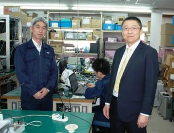 エレックス工業の研究室。「ここからブラックホールの撮影に活用された機器も生み出された」と説明する内藤社長(右)とシニア・エンジニアの小関さん。