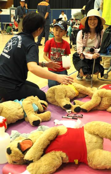 ぬいぐるみを利用して、ペットの心肺蘇生法を学ぶ参加者=横浜市民防災センター
