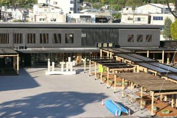 6月末に完成するJR日田駅前広場。噴水を撤去するなど一定の広さがあるフラットなスペースを確保。通路3本に屋根を設けた=日田市