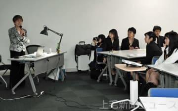 安全への願いを語る美谷島さん(左)と参加者