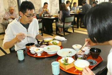 城下カレイの賞味会は町内6店舗で実施=11日、日出町