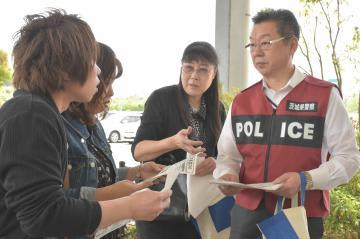 情報提供を呼び掛ける中山文雄捜査1課長(右)と藤井大樹さんの母・康子さん(中央)=イオンモールつくば