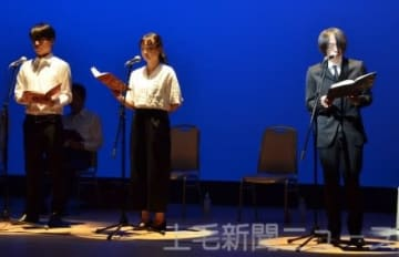 朔太郎忌で上演された朗読劇。右は朔太郎役の町田さん