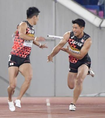 男子400メートルリレー予選 バトンパスでミスする第3走者の小池(右)とアンカーの桐生=日産スタジアム