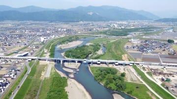 橋桁が一本につながった北陸新幹線の九頭竜川橋=5月10日、福井県福井市上野本町上空から日本空撮・小型無人機ドローンで撮影