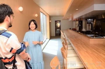 店舗の特徴を説明する高浜さん(右)