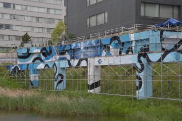 水戸駅前の空き地に現れた壁画=水戸市三の丸