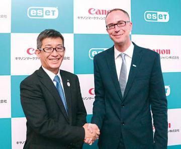 キヤノンMJの山本昇本部長(左)とESETスロバキア本社のミハエル・ヤンケ・プリンシパルプロダクトマネージャー