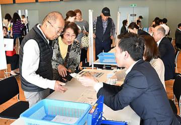 大相撲村山場所のチケット販売が始まり、多くの市民が買い求めた=村山市・甑葉プラザ